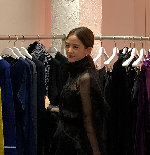 Điều kiện ánh sáng kém khiến Ji Soo trông có vẻ ngăm đen hơn thực tế, nhưng nét đẹp trên khuôn mặt vẫn khiến fan trầm trồ.