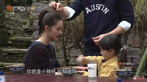 Lý Thấm cũng là một trong những bạn gái tin đồn của Đặng Luân. Hai người có mối quan hệ rất thân thiết. Cùng xuất hiện trong show thực tế, nam diễn viên vô tư nắm tay, ôm, sửa tóc cho Lý Thấm.