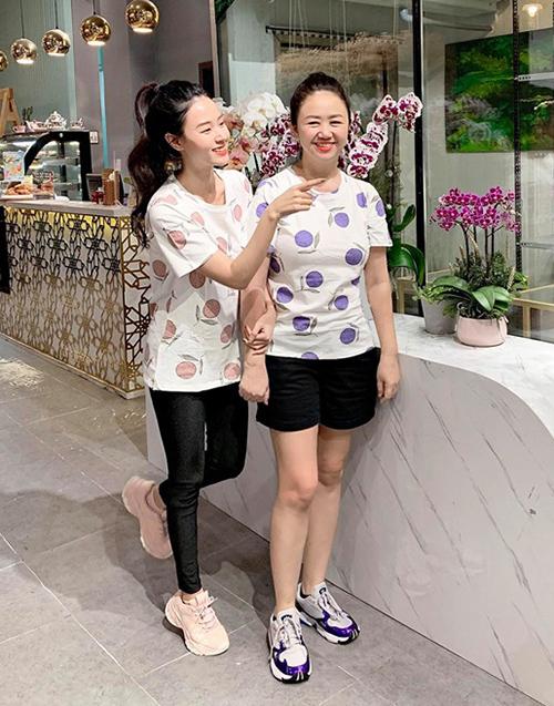 Mẹ Midu đã là U50 nhưng vẫn thích mặc đồ đôi nhí nhảnh cùng con gái.