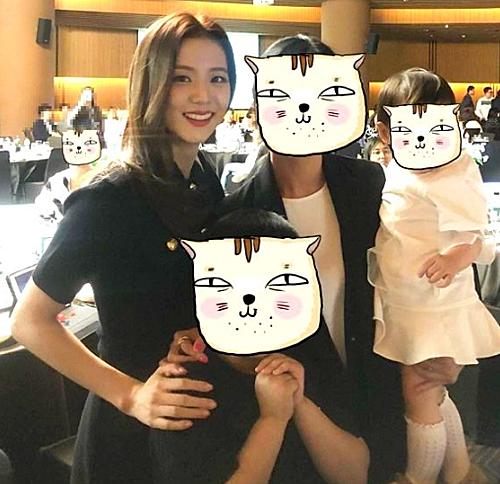 Mới đây, Ji Soo gây chú ý khi có mặt tại đám cưới anh trai ở Hàn Quốc. Trong những bức ảnh chụp bằng camera thường, visual của Black Pink vẫn khiến fan xuýt xoa trước nhan sắc miễn chê.