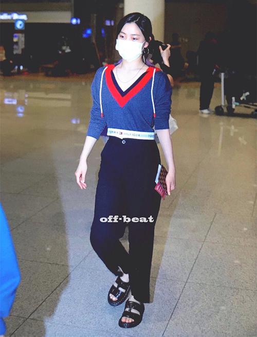 ITZY hoàn thành lịch trình ở Mỹ. Ryu Jin chứng tỏ đẳng cấp rich kid khi mặc áo của Tommy Hilfiger, xăng đan của Dr. Martens.