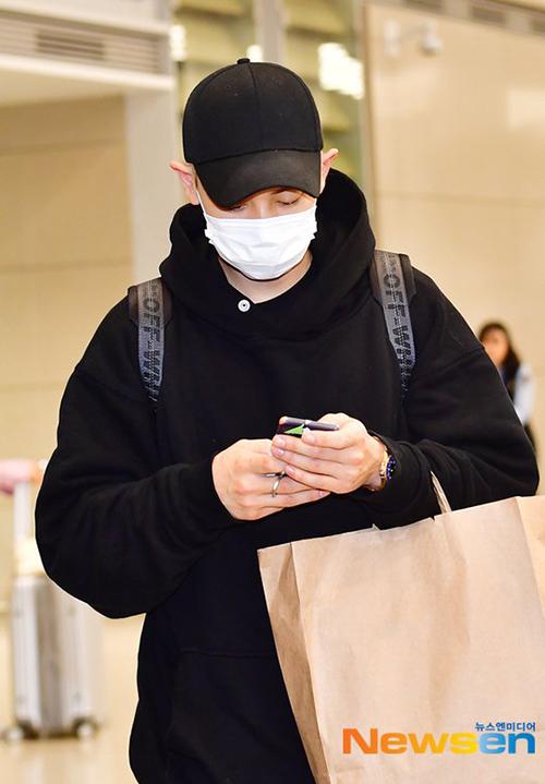 Chan Yeol và Se Hun trở về Hàn, 2 thành viên EXO có lịch trình riêng ở Mỹ. Có tin đồn 2 anh chàng sẽ lập unit mới. Chan Yeol luôn trung thành với phong cách thể thao, áo hoodie kín mít.