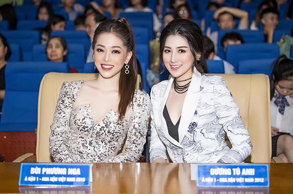 Cả hai Á hậu Việt Nam đều rất đắt show chấm thi nhan sắc.