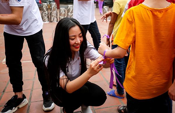 Hồng Hạnh rạng rỡ, thân thiện khi tham gia hoạt động nhân ái của cuộc thi.