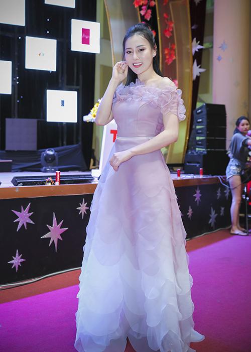 Chiều 12/5, Phương Oanh tham dự họp báo fashion show Kết nối yêu thương tại Hải Phòng. Cô khoe vẻ đẹp mong manh trong bộ đầm của NTK Thảo Nguyễn.