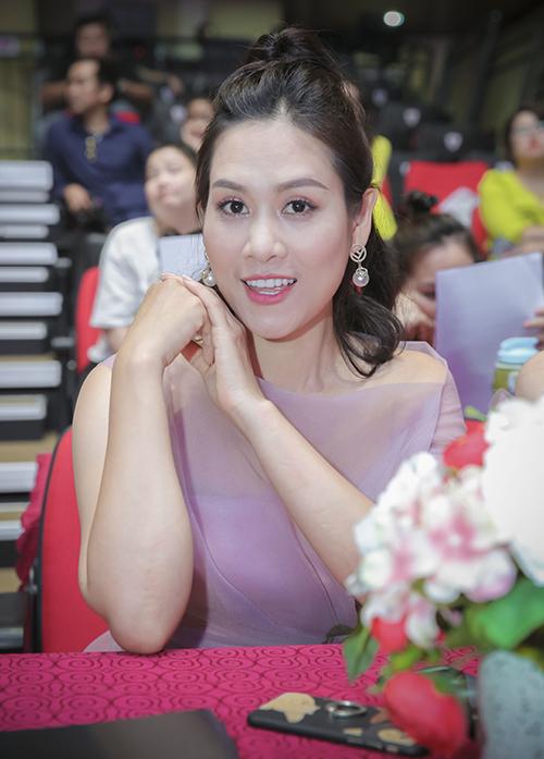 Thời gian gần đây, Hà Hương và Phương Oanh rất đắt show trình diễn thời trang dù không có vóc dáng quá chuẩn mực.Khi đồng hành cùng chương trình này, chị là người tiên phong trong việc tìm địa điểm phù hợp để làm thiện nguyện.