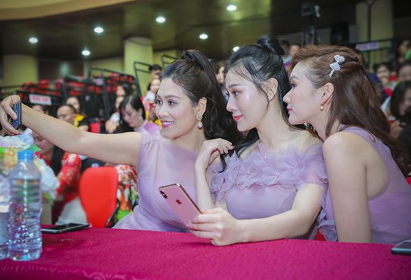 Các mỹ nhân nhí nhảnh selfie khi hội ngộ.