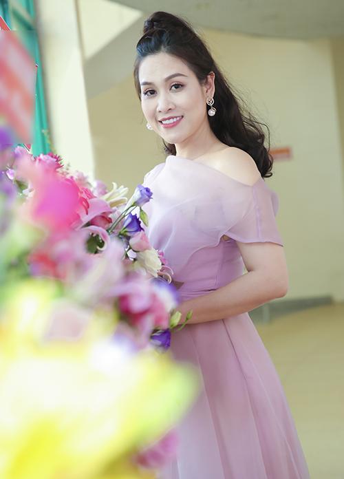 Diễn viên Hà Hương cũng là một trong các đại sứ của chương trình. Trong buổi họp báo, chị Nguyệt thảo mai diện váy hồng tông xuyệt tông với đàn em.