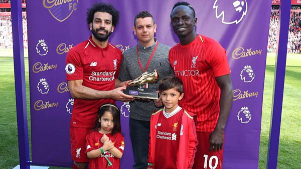 Khoảnh khắc khoe con gái cùng Chiếc giày vàng của  siêu sao Mohamed Salah gây sốt mạng