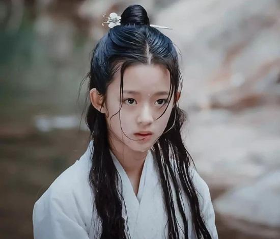 Huỳnh Dương Điền Điềm học múa và khiêu vũ từ năm 4 tuổi, từng giành giải  tại nhiều cuộc thi tài năng cấp quốc gia. Năm 2016, Điền Điềm bắt đầu  xuất hiện đều đặn trên truyền hình qua các chương trình về văn hóa, show  tạp kỹ, show thực tế, gameshow trí tuệ.