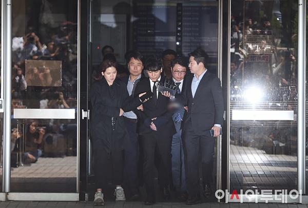Vào 13 giờ (giờ địa phương) trưa nay, Seung Ri rời khỏi Tòa án quận Seoul sau phiên sơ thẩm. Nam ca sĩ bị trói tay, được cảnh sát áp giải đến phòng giamsở cảnh sát Jungnang để chờ phán quyết. Tòa án sẽ công bố phán quyết về lệnh bắt giữ Seung Ri và Yoo In Suk vào chiều nay, muộn nhất là sáng mai.