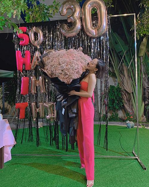 Tóc Tiên diện đồ hồng rực rỡ mừng sinh nhật tuổi 30 hoành tráng.