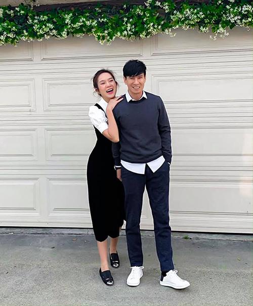 Vợ chồng Minh Hà - Lý Hải mặc tông xuyệt tông, rạng rỡ xuống phố.