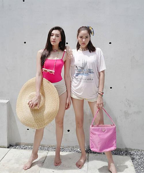 Tông màu hồng neon xu hướng năm nay cũng được Bella và Preem lăng xê nhiệt tình để tôn làn da rám nắng khi đi biển.