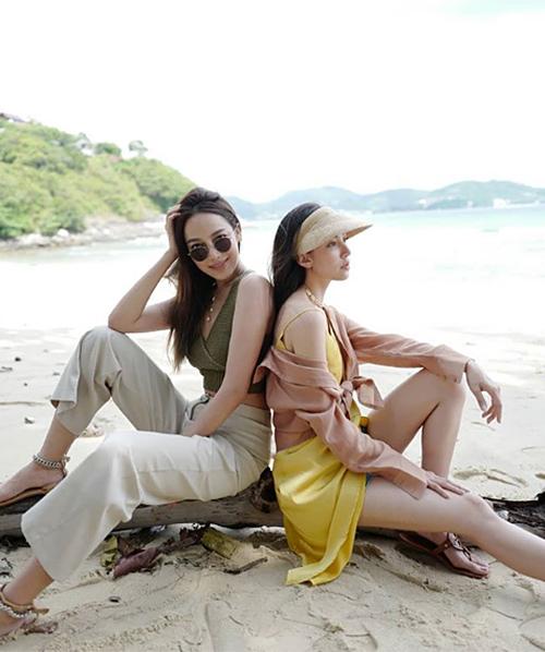 Preaw (trái) và Bella mặc tông xuyệt tông gam đất rất phù hợp với bối cảnh thiên nhiên hoang vu.