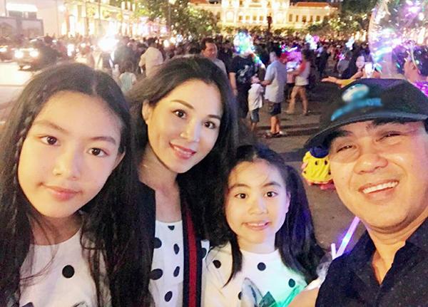 Vợ chồng Quyền Linh có hai con gái có tên ở nhà là Lọ Lem và Hạt Dẻ. Chị lớn Lọ Lem (trái)tên thật là Mai Thảo Linh, sinh năm 2005.