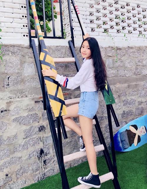 Mới 14 tuổi, Thảo Linh đã ra dáng người mẫu tương lai. Theo chia sẻ của Quyền Linh năm ngoái, con gái anh đã cao 1,7 m hơn bố (1,68 m).