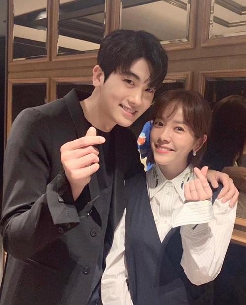Han Ji Min đăng ảnh cùng Park Hyung Sik ủng hộ phim điện ảnh mới của đàn em - Juror 8. Hai ngôi sao diễn cặp trong phim quảng cáo ngắn Two Lights: Relumino hồi 2018 và vẫn giữ mối quan hệ thân thiết.
