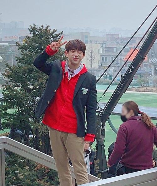 Jin Young (GOT7) bất ngờ đăng ảnh tự dìm với khoảnh khắc khó tả trên trường quay.