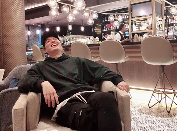 Lee Min Ho thoải mái cười lớn ở quán cà phê. Anh chàng đang có chuyến du lịch trời Âu sau khi xuất ngũ.