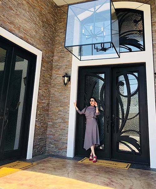<p> MC Nguyên Khang khen nhà của Lệ Quyên đẹp, nội thất và không gian sang trọng. Còn Quang Lê gọi biệt thự của vợ chồng Lệ Quyên tại Mỹ là căn nhà mơ ước của nhiều nghệ sĩ.</p>