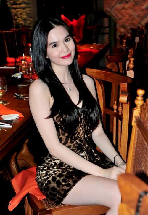 Bộ đầm này từng được Ngọc Trinh mặc đi sự kiện vào năm 2011. Thời điểm đó, cô vẫn còn để tóc đen mái giữa khá chân phương. Bộ váy của chân dài là minh chứng cho sự xoay vòng liên tục của mốt.