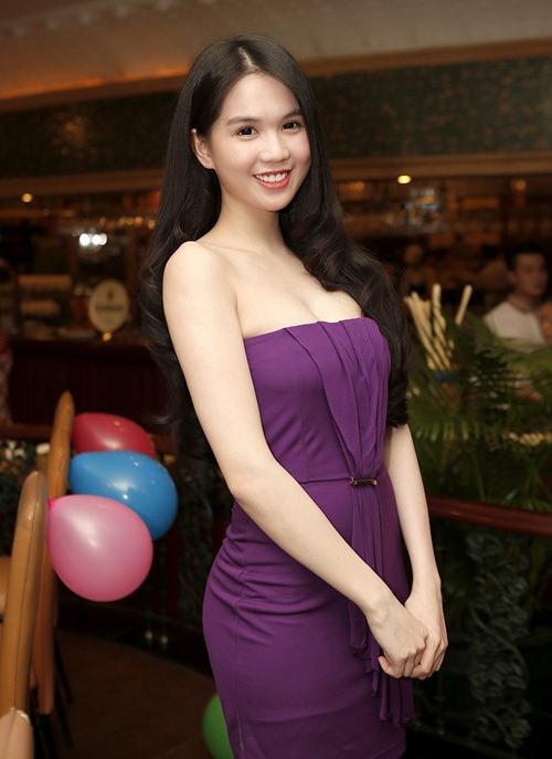 Vì ưa chuộng các dáng váy ôm cơ bản để tôn vóc dáng nên trang phục của Ngọc Trinh không bị lỗi mốt qua nhiều năm.