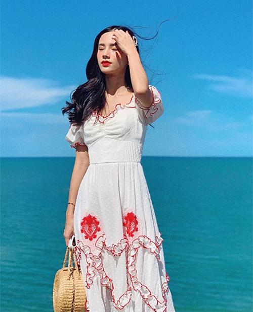 Những món đồ có màu sắc nổi bật như đỏ, hồng, xanh... thường rất dễ bị phai màu trong vài lần giặt đầu. Nếu không cẩn thận giặt riêng, bạn có thể khiến những bộ đồ trắng rất đẹp khác vô tình bị loang lổ. Chuyện váy trắng biến thành hồng, áo vàng chấm thêm đốm xanh... không phải là điều lạ lẫm với mọi người. Vì vậy, việc phân loại màu sắc, chất liệu khi giặt quần áo là điều rất quan trọng.