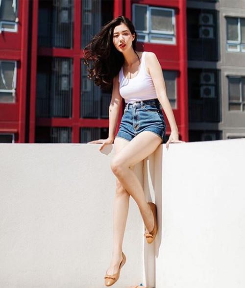 Sau một vài mùa không dùng đến, chiếc quần jeans từng rất vừa vặn của bạn bỗng dưng chật căng. Điều này có thể xảy ra vì cân nặng của bạn có sự thay đổi, tuy nhiên cũng có thể vì chất liệu jeans có thể bị co dần sau quá trình giặt. Bạn có thể giặt bằng nước nóng để quần rộng hơn hoặc mặc thường xuyên để quần lấy lại phom.