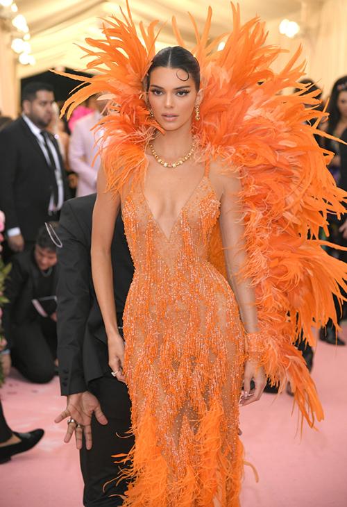 Trang phục của Tóc Tiên khiến nhiều tín đồ thời trang liên tưởng đến bộ cánh dự Met Gala 2019 của Kendall Jenner. Một tuần trước, siêu mẫu người Mỹ từng nhận được nhiều lời khen ngợi khi xuất hiện trên thảm đỏ với bộ đồ Versace nổi bật và quyến rũ này.