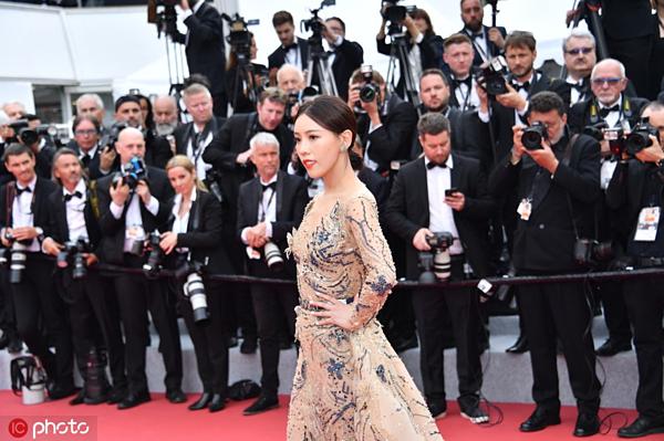 Nữ diễn viên mải mê tạo dáng dù các phóng viên nước ngoài hầu như chẳng để ý đến cô.
