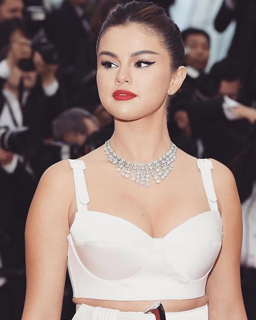 Selena Gomez được khen về diện mạo đẹp xuất sắc tại LHP Cannes