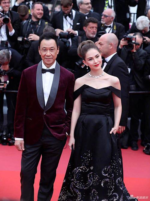 Côn Lăng quyến rũ trong bộ váy quây màu đen bên Vương Học Kỳ. Với kiểu trang điểm cổ điển và thanh lịch, trông nữ người mẫu - diễn viên đầy khí chất trong một sự kiện quốc tế.