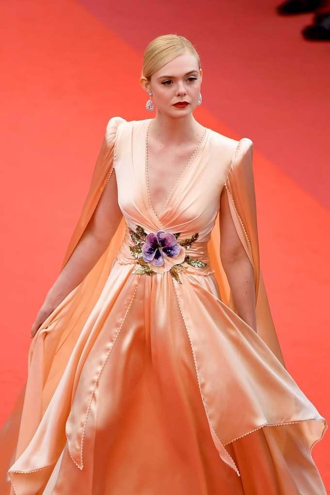 <p> Elle Fanning lộng lẫy như công chúa với bộ đầm lụa xẻ ngực sâu, chi tiết hoa làm điểm nhấn ở eo. Trang phục phù hợp với làn da trắng, mái tóc vàng giúp Elle được nhiều trang báo bình chọn là mỹ nhân mặc đẹp nhất thảm đỏ.</p>