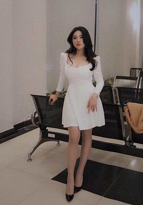 Từ cô gái chỉ mặc được trang phục size 3XL, nay Vân Anh tự tin diện những trang phục size S,M hay váy ôm sát khoe vóc dáng.