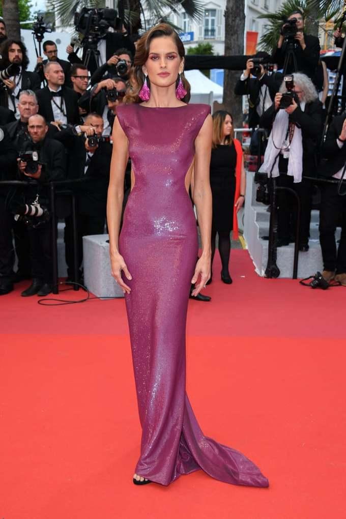 <p> Thiên thần Victoria's Secret Izabel Goulart mặc bộ đầm tím, phía trước trông khá kín đáo...</p>