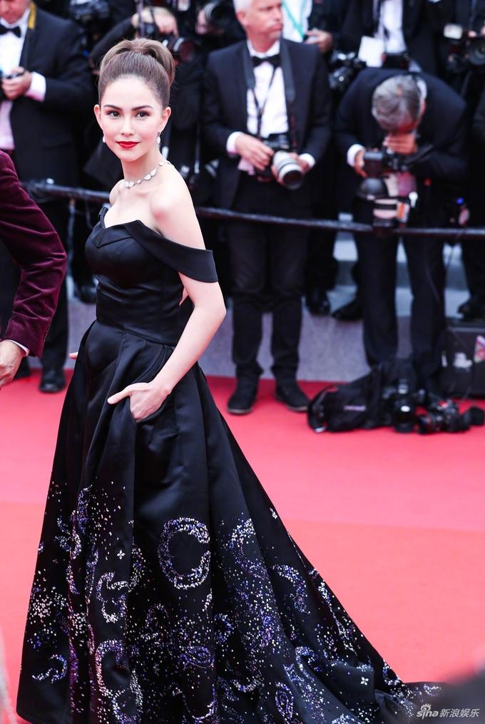 <p> Côn Lăng - bà xã Châu Kiệt Luân - nổi bật không kém với bộ đầm quây đen tôn lên làn da trắng.</p>