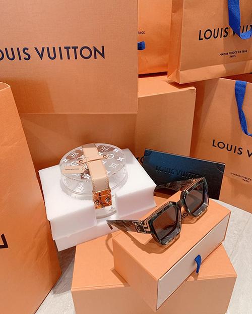 Midu vừa khoe chiến tích mua sắm mới trên trang cá nhân. Người đẹp sắm rất nhiều món hàng hiệu mới của Louis Vuitton. Cô tâm sự: Dạo này có tình yêu rất to lớn với LV.