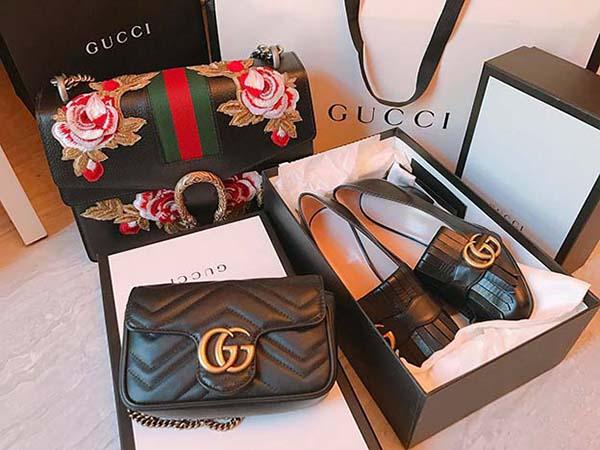 Trong những mần mua sắm khác, người đẹp cũng chứng minh độ giàu có với hàng loạt món hàng hiệu được rước về một lúc.