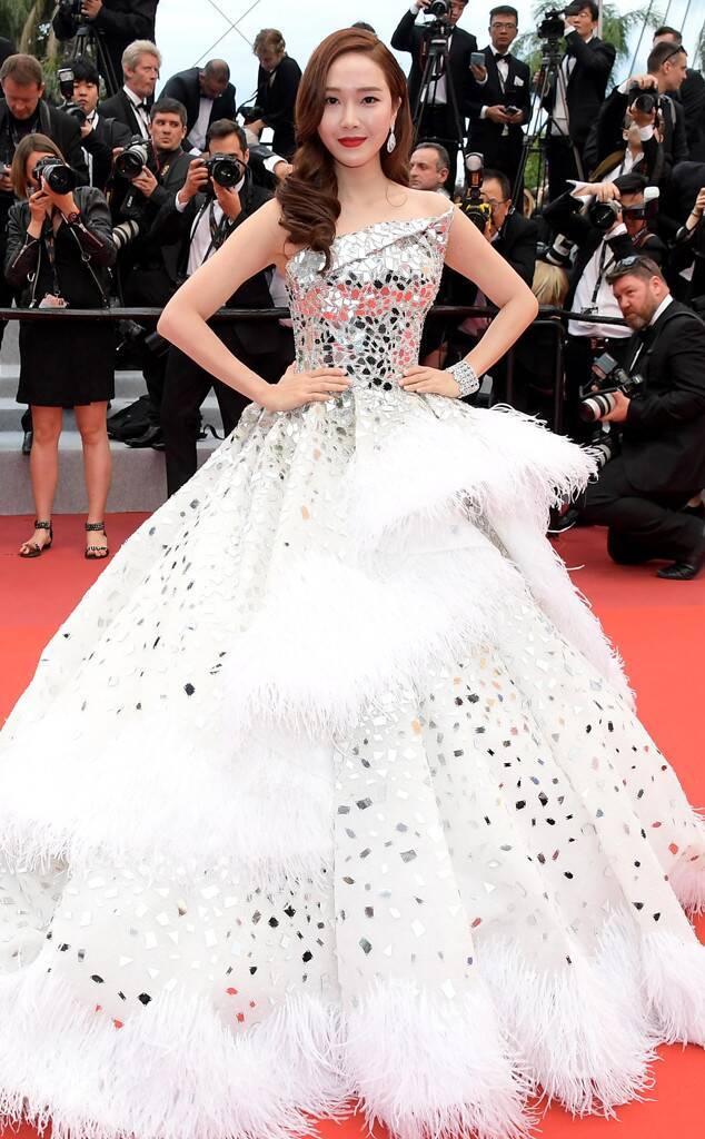 <p> Trang phục ngoài chi tiết đính đá lấp lánh còn được trang trí bằng lông vũ nổi bật. Jessica cũng là ngôi sao mặc váy cầu kỳ bậc nhất trong ngày khai mạc.</p>