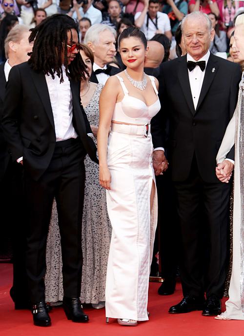 Selena Gomez được khen về diện mạo đẹp xuất sắc tại LHP Cannes - 1