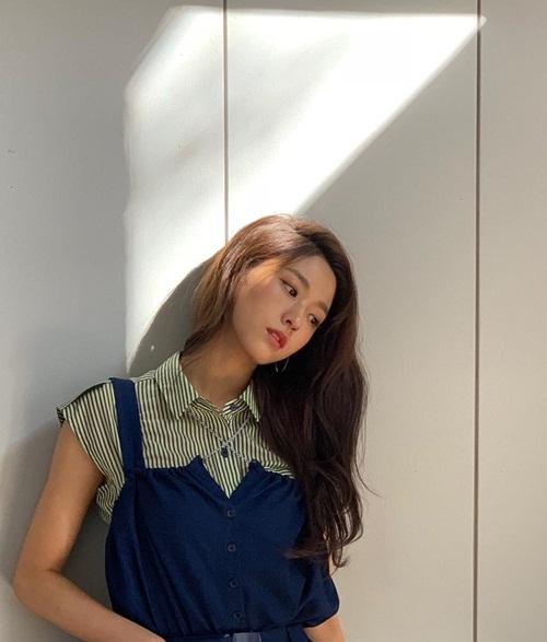 Seol Hyun khoe vẻ dịu dàng, ngọt ngào.
