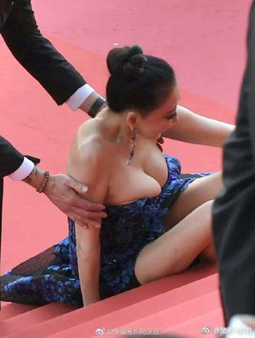 Hình Tiểu Hồng cố tình vấp ngã, khoe vòng một trên thảm đỏ Cannes 2018.
