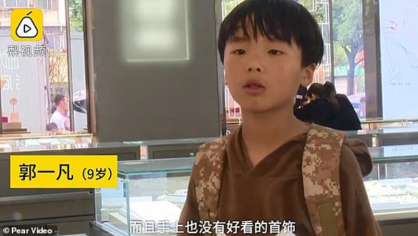 Cậu bé Guo Yifan.