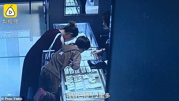 Guo và mẹ chọn đồ.