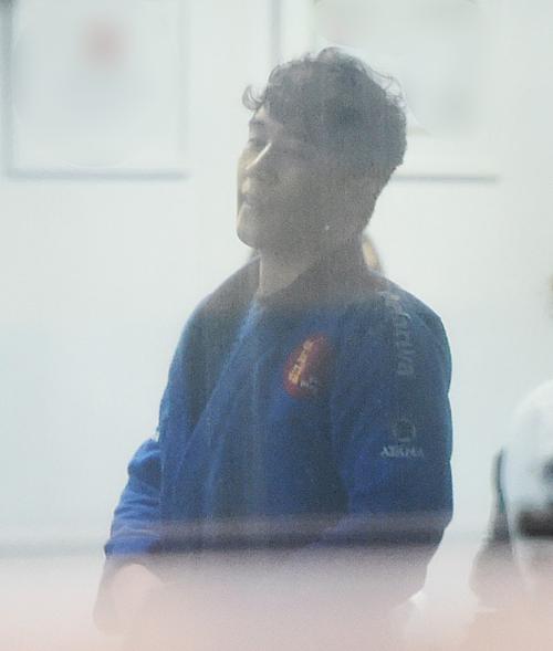Tối 15/5, phóng viên tờ Asia Today bắt gặp Seung Ri đi tập gym tại một phòng tập ở Seoul. Anh chàng xuất hiện chỉ chưa đầy một ngày sau khi được thả về nhà.