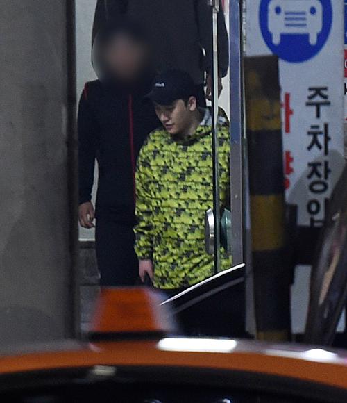 Tập gym xong, Seung Ri bước ra với tâm trạng thoải mái.