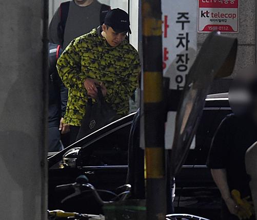 Thái độ bình thản như chẳng có chuyện gì xảy ra của Seung Ri khiến netizen Hàn cảm thấy sửng sốt, khó chấp nhận.
