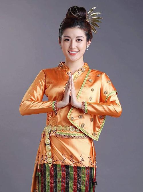 Huyền My duyên dáng trong bộ trang phục truyền thống của người Myanmar.