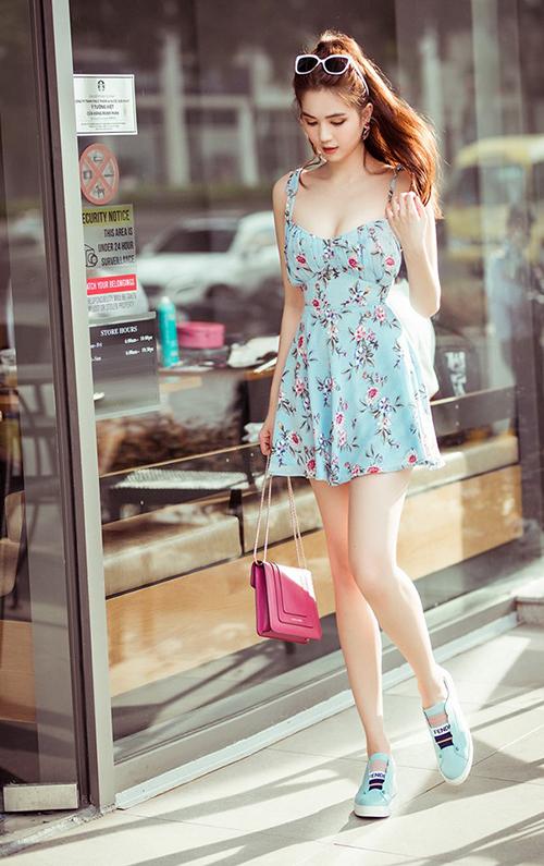 Ngọc Trinh xuống phố với bộ váy hoa vừa đáng yêu lại vừa tôn dáng.